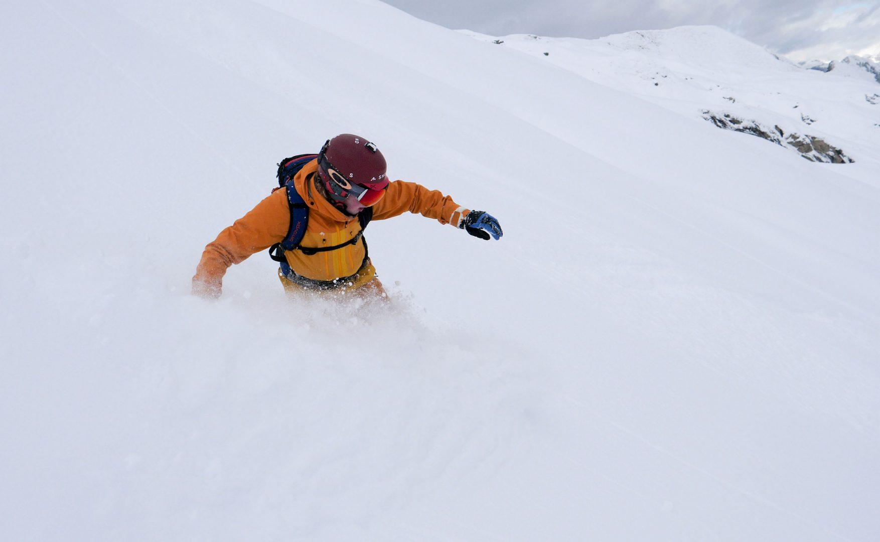 Snowboarder kører offpiste på Snowminds kursus